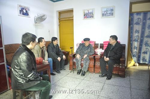 副局长王永奎一行到一三五队慰问困难职工及离退休干部