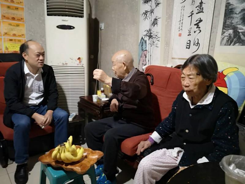 党委副书记岑学农一行到重庆看望慰问庆祝建国70周年纪念章获得者