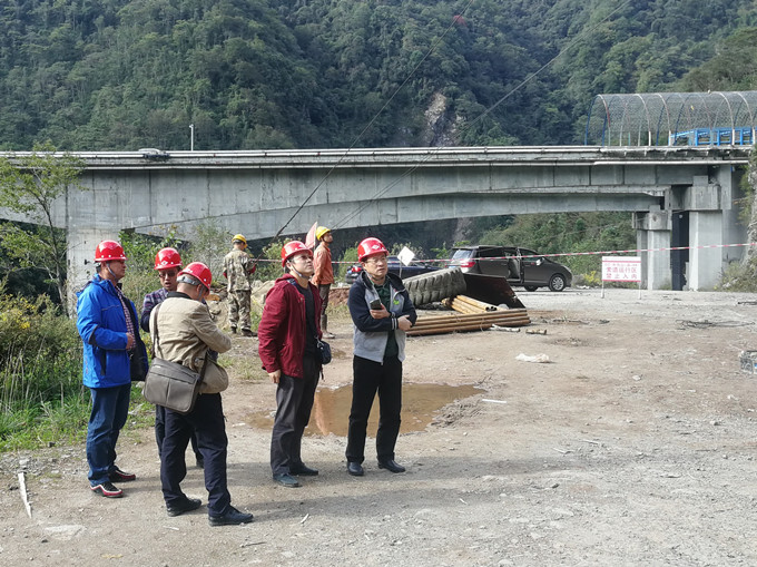 一三五队党委书记、队长戴敬儒到川藏线朱岗山隧道深孔勘察项目检查指导工作